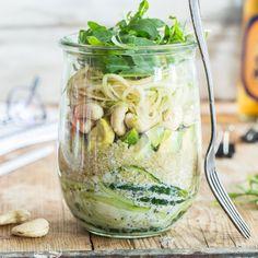 Gurke und Apfel schlängeln sichals langeSpiralnudeln durch das Glas. Avocado, Quinoa, Cashews und Rucola machen den veganen Powersalat to go komplett.