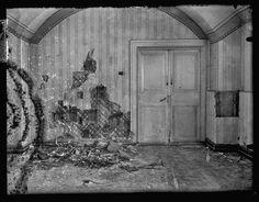 """Os Romanov foram encaminhados para a """"Casa de Propósitos Especiais"""" em Ekaterinburgo, na Sibéria, pelos bolcheviques de Lênin e no dia 17 de julho de 1918, a família inteira foi reunida no porão da casa.Lá, os Romanov foram mortos por um batalhão de 12 soldados bolcheviques liderados por Yakov Yurovski (1878 – 1928), chefe da Tcheca local. O tiroteio de três minutos foi tão violento que a parede atrás dos condenados ficou repleta de buracos de balas."""