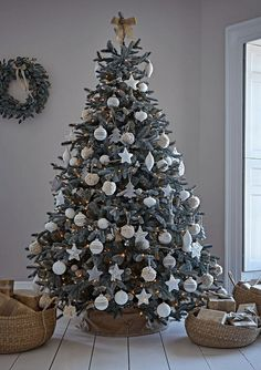 Charming outdoor christmas tree decorations you should try this year 50 Spruce Christmas Tree, Frosted Christmas Tree, Christmas Tree Inspiration, Elegant Christmas Trees, Christmas Tree Design, Christmas Tree Themes, Black Christmas, Rustic Christmas, Christmas Ideas