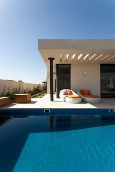 Located in an urban area in full expansion, this modern one storey home was design by architect Luciano Santandreu for a young family with three children. Simple Pool, Pergola, Modern Pools, Pool Houses, Pool Designs, Outdoor Pool, Minimalist Design, Interior Architecture, Minimalist Architecture