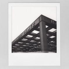 Ich mag das unperfekte in den #ImpossibleFilm Bildern. Die haben einfach noch ein bisschen mehr Magie als die Digitalen Drucke aus der #instaxsquare... #architektur #berlin #instax #Polaroid #sofortbild