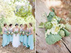Brautjungfern in blauen Kleidern