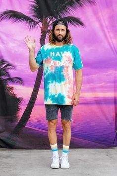 "A hora e a vez do ""tie dye"" – Gossip Boy Surf Style Men, Surfer Style, Summer Beach Looks, Summer Surf, Moda Blog, Florida Outfits, Cowgirl Style Outfits, Surfer Boys, Tie Dye Outfits"