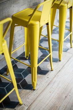 Twijfel je tussen een houten vloer of een tegel vloer? Een combinatie van beide vloeren is ook mogelijk! Handig voor in je hal of de overgang van keuken naar woonkamer bijvoorbeeld. De overgang van te