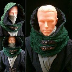 Korzystając z pozostawionej przez klienta do przeróbki koszuli, skomponowałam strój wojownika. Dziergany kaptur na podszewce, szal, który zasłania twarz, koszula i pas stanowią przykuwający wzrok kostium :) Wszystko w tonacjach czerni i zieleni. #assassin #warrior #jedi #sith #arrow #costume #hood #scarf #men #cosplay #larp