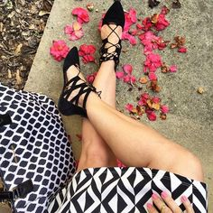 Sundays are for pretty flowers and mixing patterns. We're loving @mzsavvystyle's geometric mix with our Small Ella Tote