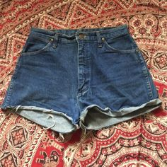 "Vintage WRANGLER High Waist Denim Shorts excellent condition // waist: 31"" Hips: 38"" Length: 13.5"" Vintage Shorts Jean Shorts"