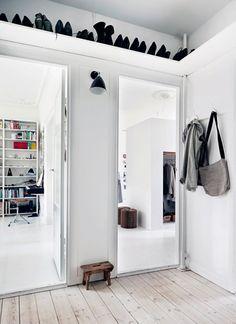 Schoenen plank boven de deur in hal