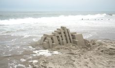 Artist Calvin Seibert (previously) recently completed a new series of his geometrically precise sand castles on the beaches of Hawaii. A professional sculptor, Seibert seems to borrow angular ideas from Bauhaus architecture or the flair of Frank Gehry. Sculpture Art, Sculptures, Bauhaus Architecture, Architecture Models, Colossal Art, Sand Art, Oeuvre D'art, Installation Art, Art Installations