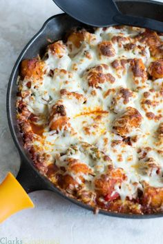 minutes One dish!}} This is a tator tot casserole all grown up! Tator tots spaghetti sauce sausage crumbles veggies and mozzarella cheese! Everyone is sure to love this dish. Beef Recipes, Cooking Recipes, Cooking 101, Skillet Recipes, Skillet Meals, Potato Recipes, Yummy Recipes, One Pot Meals, Easy Meals
