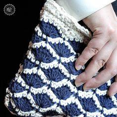Pochette bianca e blu all'uncinetto in cotone di LaCaccavella