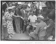 Tour de France 1936, jour de repos à Luchon le 26 juillet : Sylvain Ducazeaux (Touriste routiers) vainqueur de l'étape à Luchon, signe des autographes