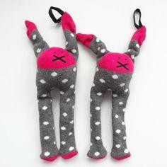 Wap, twee identieke speenknuffels van sokken