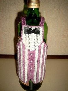 flessen jasje - gerdaonderstal - Álbuns da web do Picasa Plastic Canvas Crafts, Plastic Canvas Patterns, Bottle Buddy, Water Bottle Covers, Western Crafts, Wine And Beer, Decoration Table, Tissue Boxes, Pin Collection