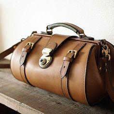 昨日のドクターズバッグ型のショルダーバッグ。 コロンコロンと、まぁるい形。 栃木レザーと、しっかりした錠前と、真鍮メインの金具たちです。 革はカーキ色、糸はスモーキーグリーン。この配色、甘すぎず辛すぎずでお気に入りです。 #leather #leathercraft #leatherwork #bag#leatherbag #handmade #handwork #KURASHIRU #革 #革小物 #レザークラフト #栃木レザー #バッグ #ショルダーバッグ #ドクターズバッグ #暮らし #ライフスタイル #ハンドメイド