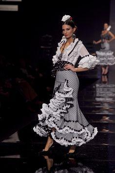 Todo Ideas en vestido gitana blanco y gris Flamenco Costume, Flamenco Skirt, Flamenco Dresses, Dance Dresses, Cute Dresses, Bridal Dresses, Spanish Fashion, Spanish Style, Costume Ethnique