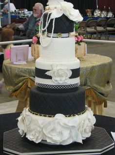 I love fashion in cakes... Chanel!
