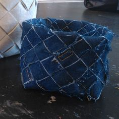 Punottu kori Jean Bag, Old Jeans, Recycled Denim, Repurposed, Totes, Recycling, Projects To Try, Weaving, Throw Pillows