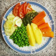 O jantar de hoje: ervilhas batatas cenoura couve tomate pepino e pimento! Bom apetite