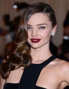 En la pasada gala del MET, Miranda Kerr nos dió una lección sobre cómo lucir labios góticos. Este look con melena ladeada es de nuestros favoritos del año.
