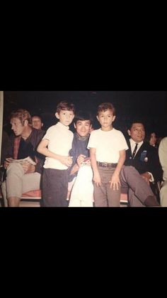 Fun moment of nee feathers, Steve and Bruce Lee with two son Brandon Lee, Bruce Lee, Steeve Mcqueen, Vintage Style, Vintage Fashion, Steve Mc, True Legend, Mc Queen, My Dad