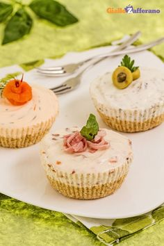 tris di cheesecake salate (trio of savory cheesecakes) Finger Food Appetizers, Yummy Appetizers, Finger Foods, Amazing Food Decoration, Ricotta, Savory Cheesecake, Tapas, Savarin, Snack Recipes