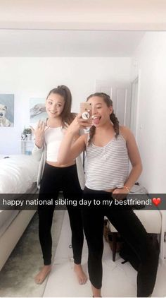 They are sooooo cute and Kenzie's phone is what I want mine to look like. But did you notice Maddie is doingthe middle finger with her left hand 😂😂 Mackenzie Ziegler, Maddie And Mackenzie, Dance Moms Comics, Mack Z, Maddie Zeigler, Sisters Goals, Dance Mums, Mom Pictures, Dance Moms Girls