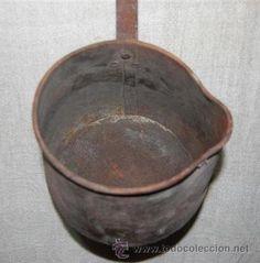 Antiguo cazo o olla con el mango muy largo en , es una pieza muy decorativa ideal para la