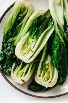 Bok choy cooked with garlic and ginger in a quick stir-fry recipe. It's nutritious, tasty and packed with health benefits. Healthy Side Dishes, Veggie Dishes, Side Dish Recipes, Food Dishes, Asian Recipes, Healthy Recipes, Healthy Foods, Diabetic Foods, Japanese Recipes