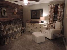 Rustic Nursery i love the pallet wall definently doing this Rustikaler Kindergarten Ich liebe die Palettenwand, die dies definitiv tut Grey Nursery Boy, Nursery Neutral, Nursery Room, Nursery Themes, Western Nursery, Nursery Layout, Rustic Nursery Boy, Wood Wall Nursery, Rustic Baby Rooms