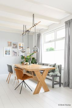 Shop my home | XL Hometour | Interieurinspiratie, woonideeën en stylingtips, eettafel, oak table, mix chairs, white floor, modern, interior, grey wall, style