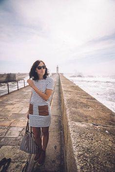 6 horas en Oporto y un recuerdo inolvidable - via 365 Días con Ana   Tengo que admitir que al principio estaba un poco nerviosa por lo de ponerme delante de una cámara, pero en un momento se me olvidó todo y lo pasé genial mientras conocía la preciosa ciudad de Oporto. Comenzamos el paseo en el Faro de Foz, un sitio impresionante, donde las olas del Atlántico rompen y la humedad crea una bruma en el aire muy curiosa y característica de esta zona de la ciudad. #porto #portugal #viajes…