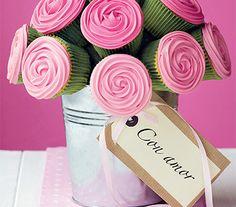 Elabora un centro de mesa con cupcakes rosas