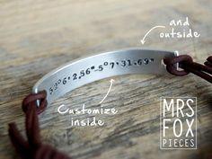 Armband - Handgestempeld - Echt leer - Custom tekst - Personaliseren - Maat verstelbaar dmv schuifknoop - Aluminium