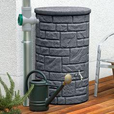 Diese Regentonne mit 230 L Volumen in der Farbe black granit überzeugt durch die naturbetreue Nachbildung eines kleinen Natursteinbrunnen. #regentonne #regentonnenshop www.regentonnenshop.de