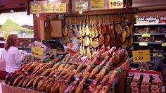 'Schinken im Ladengeschäft kaufen' aus dem Reiseblog 'Wer in Torrevieja den Urlaub verbringt, genießt hier besonders spanische Wochenmärkte'