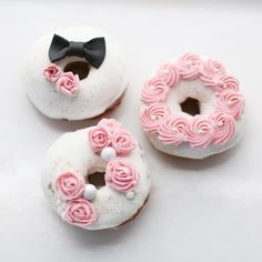 Donuts 🍩💕speckled with gold Cute Donuts, Mini Donuts, Baked Donuts, Donuts Donuts, Donut Bar, Doughnut Cake, Easy Donut Recipe, Donut Recipes, Donuts Tumblr