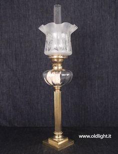 """Lampada  da tavolo  colonna in ottone e fusione di bronzo; Raro serbatoio in cristallo  con tappo riempimento; Bruciatore ODIN 20"""" MERVEILLEUX ( CARL HOLY-BERLIN ); Tubo cristallo    per ODIN 20""""; Paralume tulipano Vittoriano con decorazioni acidate."""
