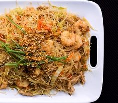 Have you tried Pancit? It is pure comfort food-chicken, noodles, vegetables-with an Asian spin. Filipino Dishes, Filipino Recipes, Asian Recipes, Ethnic Recipes, Filipino Food, Hawaiian Recipes, Filipino Pancit, Asian Foods, Filipino Noodles