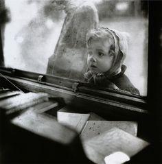 Edouard Boubat, Un enfant devant une vitrine