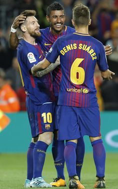 Barcelona's forward from Argentina Lionel Messi (L) celebrates with teammates after scoring during the Spanish league football match FC Barcelona against SD Eibar at the Camp Nou stadium in Barcelona on September 19, 2017. / AFP PHOTO / PAU BARRENA