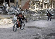 シリア北東部デリゾール(Deir Ezzor)で、食料を調達した後、身をかがめながら前線を通過して自宅に向かう子どもたち(2014年1月24日撮影)。(c)AFP/AHMAD ABOUD ▼25Jan2014AFP|命がけで食料調達、シリアの子どもたち http://www.afpbb.com/articles/-/3007206 #Syria #Siria #Syrie #Syrien #Deir_Ezzor