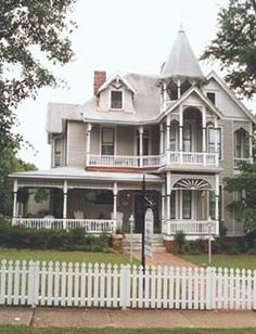 The Chipley Murrah House... Haunted Bed and Breakfast in Pine Mountain, GA ... Can't wait to stay there someday! So cool. Ghost hunters!