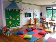 Helen Doron Çekmeköy, İstanbul Helen Doron, Bookstore Design, English Classroom, Preschool Science, Reggio, Teaching English, Kids Rugs, Shelves, Education