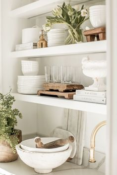 Decorating open shelves is such a fun way to express your style through vintage .- Decorating open shelves is such a fun way to express your style through vintage and modern pieces! Apartment Decoration, Apartment Interior, Rustic Kitchen Design, Boho Kitchen, Country Kitchen, Cuisines Design, Open Shelving, Shelving Ideas, Shelving Decor