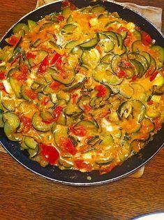 Panela de tomate e abobrinha com queijo feta - Käse - Chef Salad Recipes, Healthy Salad Recipes, Dinner Recipes, Cooking Recipes, Healthy Vegetable Recipes, Healthy Vegetables, Vegetarian Recipes, Easy Meals, Food And Drink