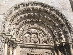 Avallon 89 Bourgogne. Collégiale St Lazare. Fronton porte sud : scènes des Rois Mages. Rois Mages, Romanesque Art, Art Roman, 12th Century, See It, Barcelona Cathedral, Facade, Building, Travel