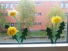 Löwenzahn am Fenster- Blätter sind aus Papier ausgeprickelt; Blüten sind kleine Pompons und der Stengel ist aus Aludraht in ein Trinkhalm gesteckt worden