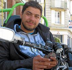 Ibrahim Khalil Hamzaoui, handicapé depuis l'âge de quatre mois à cause d'un vaccin antipolio non réfrigéré, étudiant doctorant en 7e année à l'Université de Lille, dans le cadre de sa thèse, est parti de Lille le 2 mai pour un tour de France de 3 000 km. Particularité du périple : l'étudiant se déplace avec un fauteuil roulant hyperconnecté recevant et transmettant des données scientifiques en permanence.