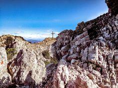 """Der Mallestiger Mittagskogel (slow. Maloško poldne) liegt in den Karawanken an der österreichisch-slowenischen Grenze. Wir haben die anspruchsvolle Tour mit leichtem Klettersteig für euch getestet! Außerdem verraten wir, was ein """"Zwölf-Uhr-Zeigeberg"""" ist. Berg, Grand Canyon, Places To Visit, Tours, Travel, Outdoor, Climbing, Outdoors, Viajes"""